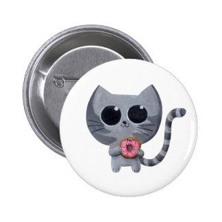Gato y buñuelo grises lindos pin redondo de 2 pulgadas