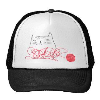 Gato y camiseta roja de la bola gorro de camionero