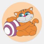 Gato y camisetas y regalos anaranjados de la bola pegatina redonda
