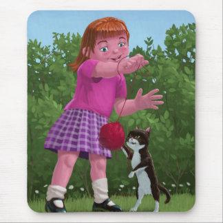 gato y chica que juegan con la bola de lanas tapete de ratón