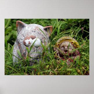 Gato y estatuas lindos de Tanuki en la hierba Poster