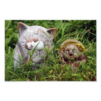 Gato y estatuas lindos de Tanuki en la hierba Fotografías