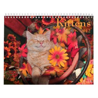 Gato y gatitos lindos en las flores, calendario