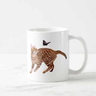 Gato y mariposa de Ocicat Taza