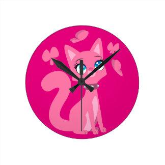 Gato y mariposas rosados lindos del dibujo animado reloj redondo mediano