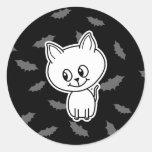 Gato y palos blancos fantasmagóricos lindos pegatinas redondas