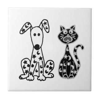 Gato y perro divertidos con los puntos de las azulejo cuadrado pequeño