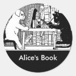 Gato y perro en la biblioteca pegatina