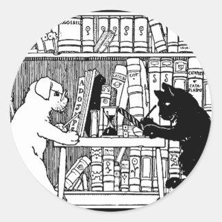 Gato y perro en la biblioteca pegatina redonda