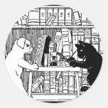 Gato y perro en la biblioteca pegatinas redondas