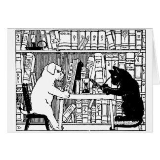 Gato y perro en la biblioteca tarjetón