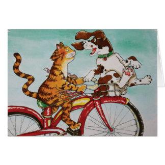 Gato y perro en la bici tarjeta de felicitación