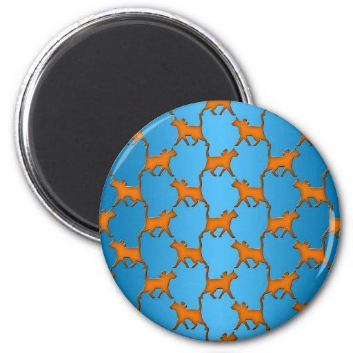 Gatos anaranjados en modelo azul del fondo imán de nevera
