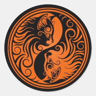 Gatos anaranjados y negros de Yin Yang Pegatina Redonda