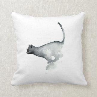 Gatos blancos de la almohada del gato gruñón gris