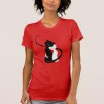 Gatos blancos y negros lindos en amor camisetas