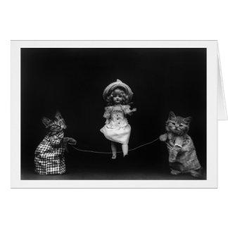 Gatos con la muñeca tarjeta pequeña