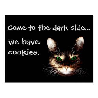 """Gatos de Badass - el """"lado oscuro tiene galletas """" Tarjeta Postal"""