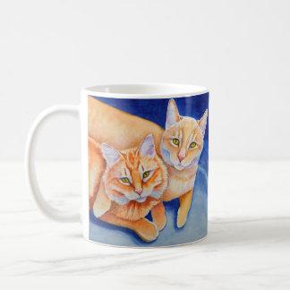 Gatos de Tabby anaranjados de abrazo Taza Clásica