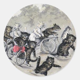 Gatos del montar a caballo de la bicicleta pegatina redonda