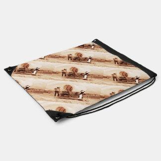 Gatos del oeste viejos con el carro cubierto mochilas
