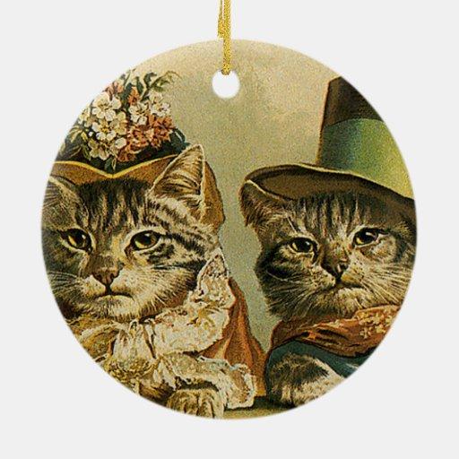 Gatos del Victorian del vintage en los gorras, hum Ornamento De Navidad