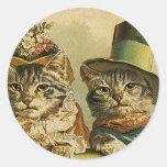 Gatos del Victorian del vintage en los gorras, hum Etiquetas Redondas