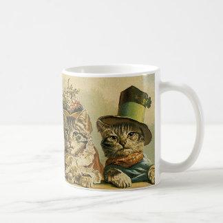 Gatos del Victorian del vintage en los gorras, Taza Básica Blanca