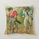 Gatos del vintage en la bicicleta almohada