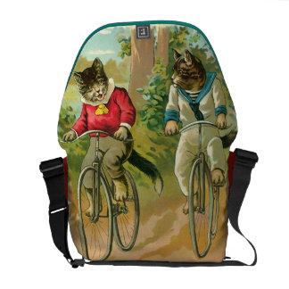 Gatos del vintage en la bicicleta bolsa de mensajeria