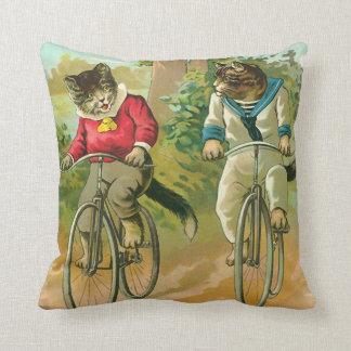 Gatos del vintage en la bicicleta cojín decorativo