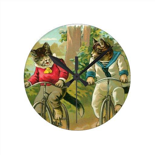 Gatos del vintage en la bicicleta relojes