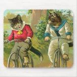 Gatos del vintage en la bicicleta alfombrilla de ratones