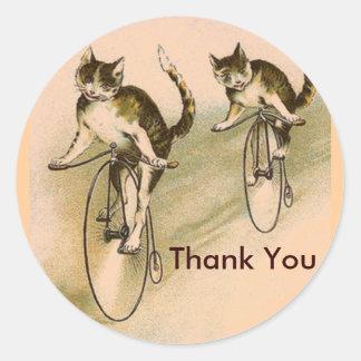 Gatos del vintage en las bicis etiqueta redonda
