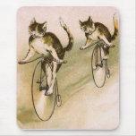 Gatos del vintage en las bicis alfombrilla de ratón