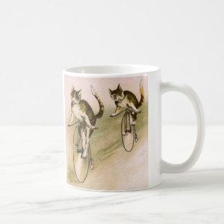 Gatos del vintage en las bicis taza clásica