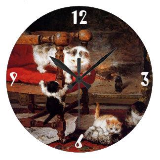 Gatos del vintage por la chimenea reloj