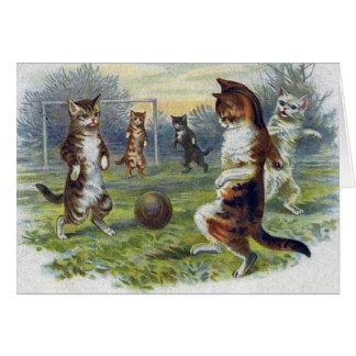 Gatos del vintage que juegan a fútbol tarjeta de felicitación