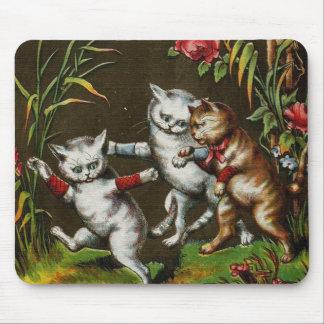 Gatos del vintage Tres buenos amigos Tapetes De Ratones