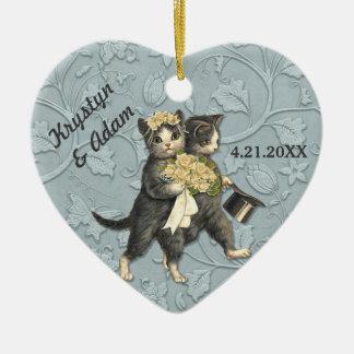 Gatos elegantes que casan el azul adorno navideño de cerámica en forma de corazón