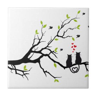Gatos en amor con los corazones rojos en árbol de  azulejo cuadrado pequeño