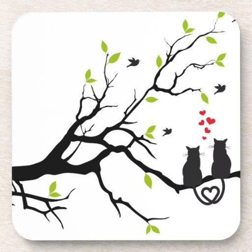 Gatos en amor con los corazones rojos en árbol de  posavasos de bebida