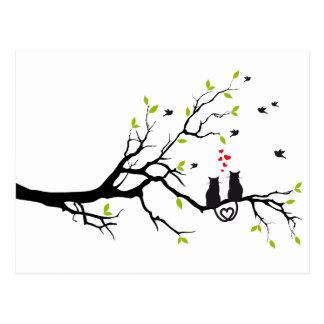 Gatos en amor con los corazones rojos en árbol de postales