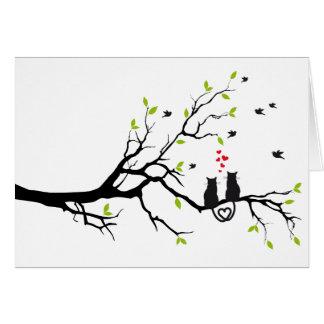 Gatos en amor con los corazones rojos en árbol de  tarjeta de felicitación
