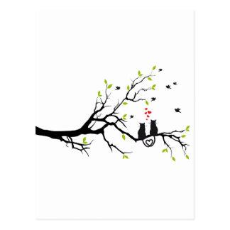 Gatos en amor con los corazones rojos en árbol de tarjetas postales