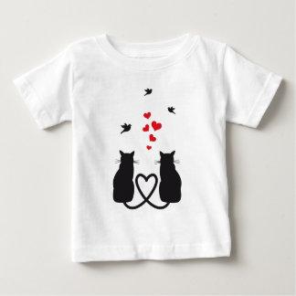 gatos en amor con los pájaros y los corazones playera