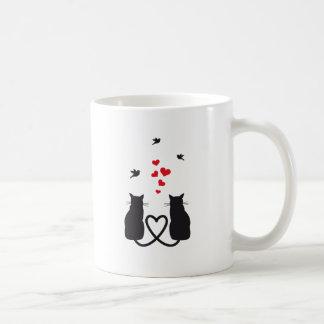 gatos en amor con los pájaros y los corazones taza básica blanca