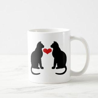 Gatos en amor taza clásica