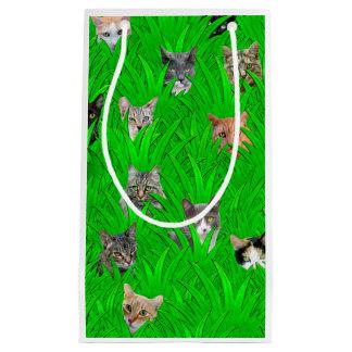 Gatos en el bolso de Git de la hierba