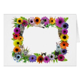 Gatos en frontera de las flores tarjeta de felicitación